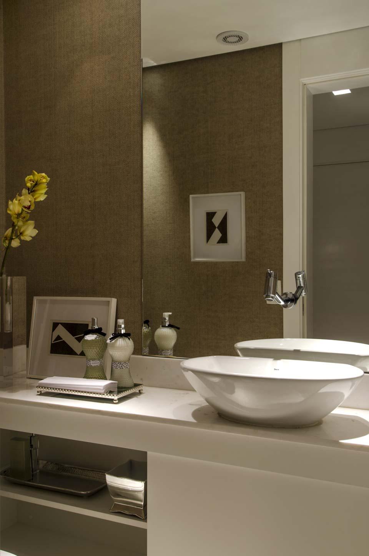 decoracao lavabo branco: home theater, cozinha e tom amadeirado do papel de parede no lavabo